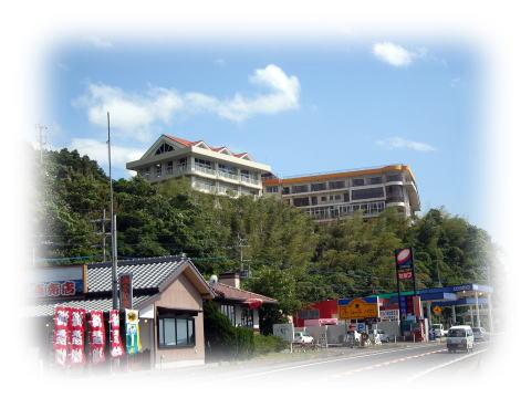 長崎県雲仙市小浜町(島原半島)に位置し、橘湾が一望できるロケーションにあります。